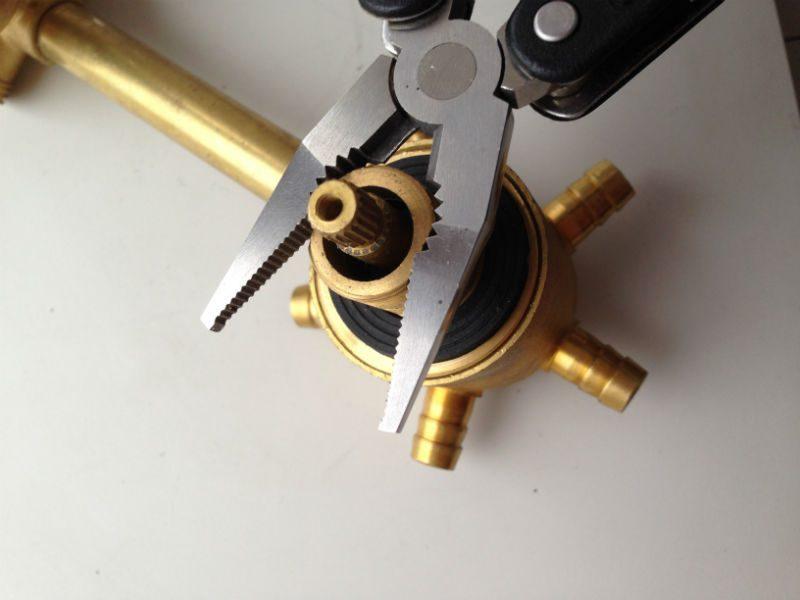 Рукой или инструментом откручиваем прижим картриджа
